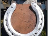 Aluminiumeisen aus dem Handel mit eingearbeitetem Hartmetallstab im Zehenbereich. Das Hartmetall verhindert übermäßige Abnützung um die Lebensdauer des Beschlages zu verlängern