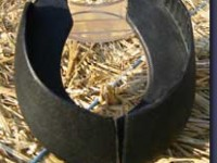 Fohlenschuh für Beklebung. Die Innenseite der Klebefläche ist so beschaffen, dass sich der Kleber gut mit dem Schuh verbinden kann